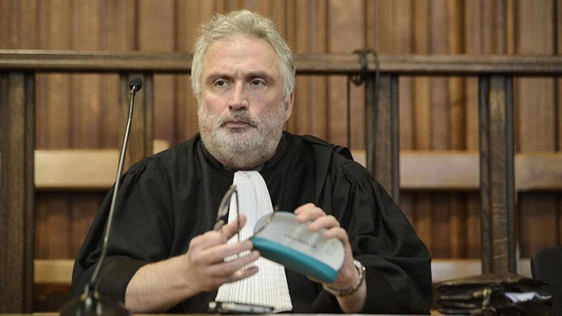 photo de Balaes en tenue d'avocat
